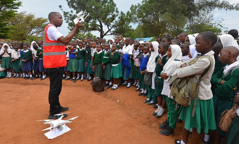 Leka Tingitana showing a drone to a group of students.